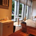 DNPプラザ - 窓際の丸テーブル席