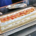 カフェトスカ - 桃のショートケーキ@とろけるほどのふわふわのジェノワーズと甘い大ぶりの桃