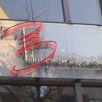 ビリー・バルゥーズ・ビア・バー - この看板が目印です。