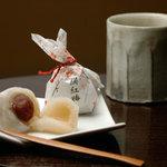 紅梅堂 - 求肥と甘ずっぱい梅のバランスが絶妙!絹紅梅
