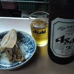 上田酒店 - 大ビンビール1本、棚に並べてあるオツマミ類からゲソと剣先イカ
