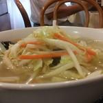 13600608 - 野菜たっぷり湯麺 横から