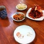 韓家 - 白菜キムチ300円と、無料のナムル・大根キムチ