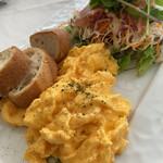 Caff'e Ponte ITALIANO - 生ハムのシーザーサラダとスクランブルエッグ