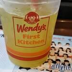 ウェンディーズ・ファーストキッチン - 黄色がかったお茶