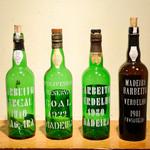 マヌエル・コジーニャ・ポルトゲーザ - 食前酒や食後酒として飲まれるマデイラワインのボトル