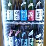 和彩ダイニング 膳 - 店内の冷蔵庫には、20種類以上の日本酒がいっぱい