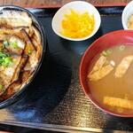 三◯食堂 - 醤油豚丼と温玉トッピングで900円税込み。