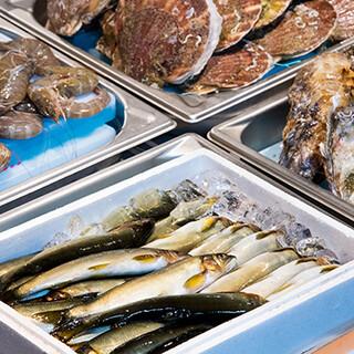 お酒の肴に最適な一品料理も豊富。海鮮バーもございます!