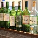 グリル&ワイン - 空き瓶をディスプレィ