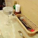イベリコ・バル - テーブルに置かれた調味料.ナイフ.フォーク