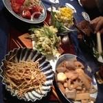 もみち家 - 煮物、サラダ、天ぷら、揚げ物、トマト。