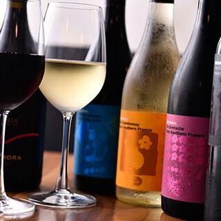 クオリティの高いワインをリーズナブルに提供。日替わりサワーも