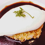 ウサギ - ホワイトオムライス 濃厚デミグラスソース