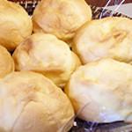 ピースベーカリー - 料理写真:こちらは一番人気のふんわりクリームパンになります。自家製カスタードが大人気です。