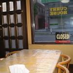 カレーハウス芳柳 - テーブル席からの外景
