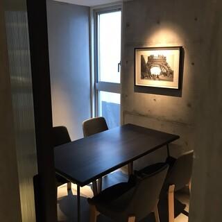 落ち着いたシンプルな個室。多様なお客様をお迎えするために。