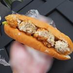 道の駅 インフォメーションセンターかわもと - コッペパンサイズのパンが使用された唐揚げマスタードドッグです