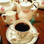 13608290 - ポットで出てくるコーヒー。