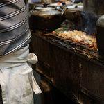 まくら とよかつ - 2012.6 炭火で串を焼きます