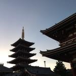 136095849 - 夕暮れの浅草寺