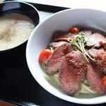 麺飯食堂 三羽鴉 - ローストビーフのっけ!冷やしオニオンスープつけ麺(数量限定)
