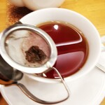 136129586 - ティーストレーナ付きのカップに紅茶を注ぐのでございます。
