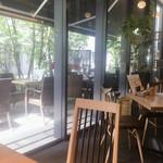 恵比寿 箸庵 - 店内からテラス席を望む
