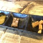 豚食健美 優膳 - 左:胡瓜の漬物 中:煮凝り 右:大根の漬物