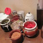 こもんど - 卓上には、紅ショウガや辛子高菜に加え、豚骨ラーメンに合うガーリックフレークもあります。