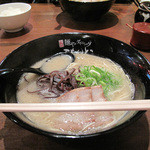 こもんど - 博多駅前エリアにオシャレなラーメンダイニングが出来ました。単品の豚骨拉麺550円。