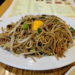 焼麺 - 両面焼きそば(生卵トッピング、+55円)