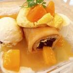 Creperie Alcyon - ブラウニーを包んだ冷製ロールクレープパンナコッタ添え~オレンジとマンゴーのソース~