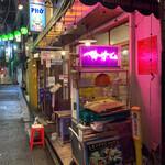 BIA HOI CHOP - 人通りはイマイチですがお店は盛況です