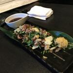 旬菜イチバ陣屋門 - かつおのたたき薬味たっぷり乗せ