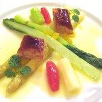 ビストロ ポワル - 4200円コースの前菜1皿目:ホワイトとグリーンのアスパラ・オレンジ風味