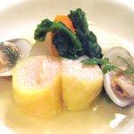 ビストロ ポワル - 4200円コースの前菜2皿目:桜餅のロールキャベツ・蛤と野菜のポトフ