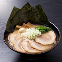 神明 - チャーシューとんこつ915円(+税)