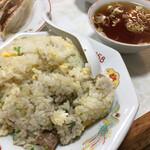 北葉飯店 - チャーハン750円 スープは餃子のですよ。