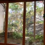 136208082 - 店内からは小庭と石垣が……                       2019/12  by  みぃこのごはん日記