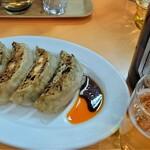 ラーメン金ちゃん - 料理写真:お約束の餃子にビール