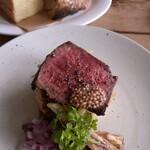 フレンチダイナーサーティーズ - 料理写真:もも肉ステーキとパン