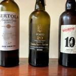 バー粋七 - 冬に美味しい酒精強化ワインも充実。スペイン王室御用達の「ベルトラ10年」は、複雑味のあるアモンティリャードシェリー。 ポートワインの「サンタエフューミア」は20年もの時を経た濃厚で芳醇な仕上がり。 ちょっと焦げたような独特な風味の「バーベイト セルシアル10年」はマデイラワインを代表する1本。ぜひ飲み比べを!