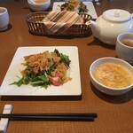 chinese kitchen 海 - 料理写真:サラダ、スープ、ポットの烏龍茶です。