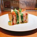 西船珈琲研究所 - 料理写真:燻しベーコンのBLTTサンド