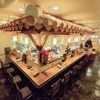 沖縄を感じられる赤瓦のカウンターや、30名様収容可能な個室も