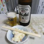 笹屋 - 瓶ビール大(400円)とポテサ(100円)