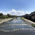 Mizai - 四条大橋を歩いて、鴨川を渡ります☆