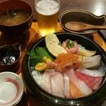 近江町食堂 - 海鮮丼はセットにお味噌汁が付きます。アオサが入っていて、魚の出汁が香ります