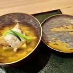 Ifuki - 椀物〜鮪節と利尻昆布で出汁。新銀杏のくず煉をひいて、焼き鱧と松茸を合わせたもの。器は骨董品で内側の装飾が綺麗。